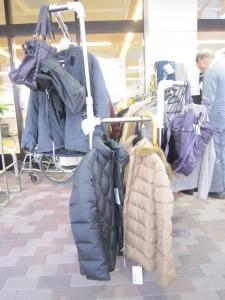 コートなどの衣類やかばん。